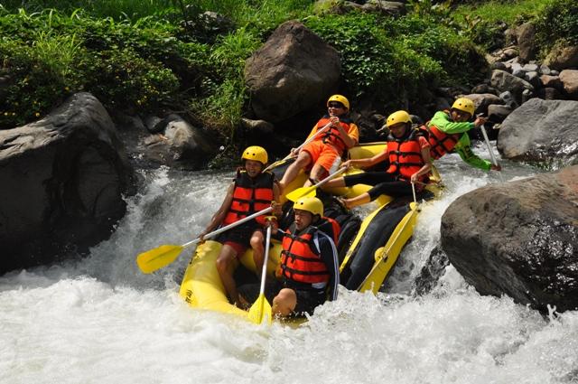 Rekreasi Arung Jeram di Mojokerto